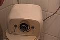 Reparar fuga de agua fuera de la cisterna al descargarla