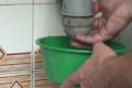 Desatascar el fregadero o un lavabo