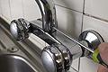 Arreglar grifo que pierde agua por la base del caño