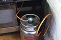 Poner o cambiar la goma a una bombona de butano en el calentador, la hornilla o la estufa