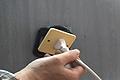 Cómo reparar un enchufe que se sale de la pared al tirar de la clavija