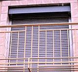 Poner persianas de cinta en las ventanas que antes no tenían