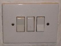 Dos bombillas independientes en dormitorio con interruptores conmutados