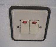 Conectar dos lámparas con dos interruptores en el salón