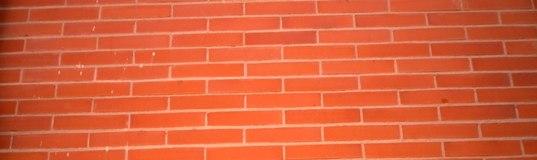Limpiar una pared de ladrillos exterior y resaltar su color
