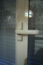 Manija rota de puerta de pvc y no puedo abrir